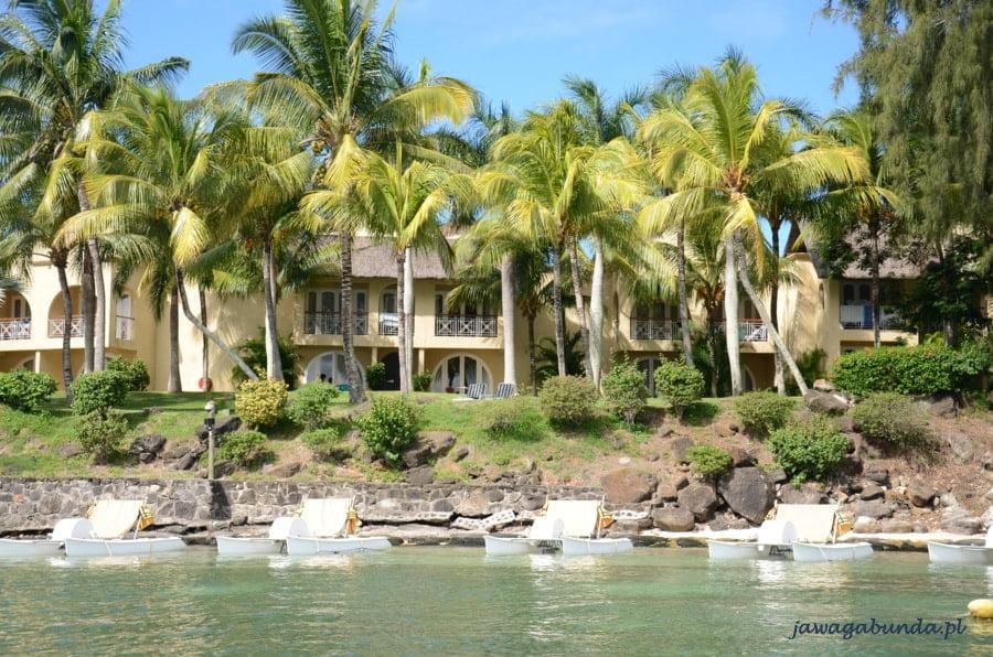 niski budynek hotelu na pierwszym palnie palmy