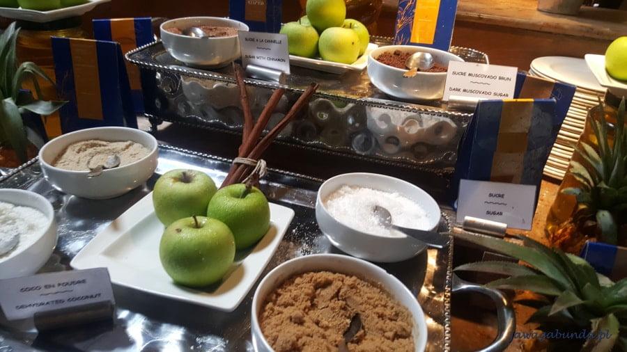 różne rodzaje cukru wystawione w miseczkach