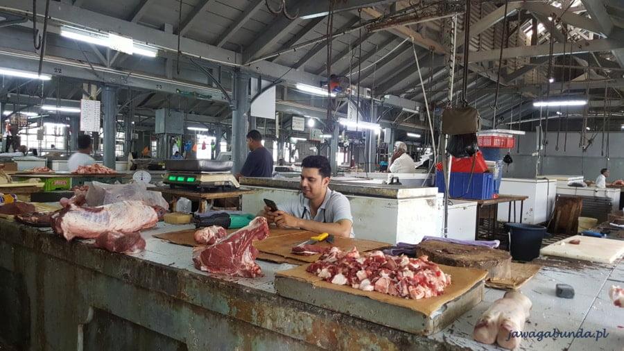 wystawione mięso na stołach