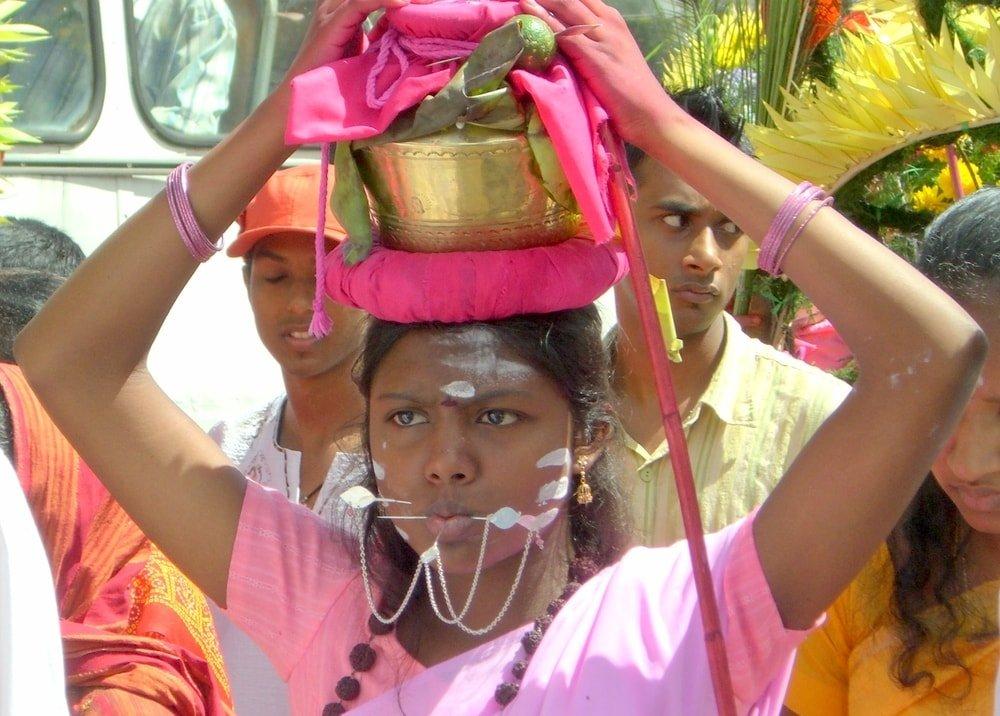 kobieta hinduska z mosiężnym garnkiem na głowie