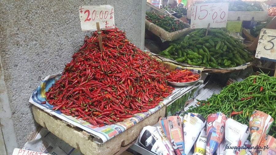 papryczki i inne warzywa wystawione na bazarze