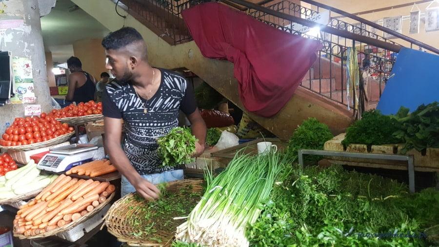 mężczyzna sprzedający warzywa