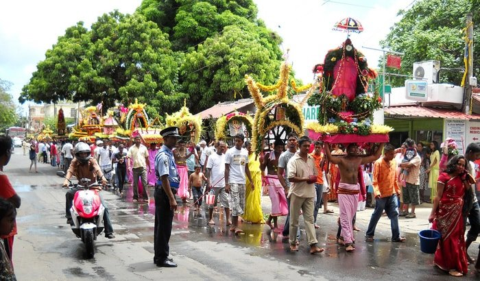 procesja ludzi niosących ołtarze w drodze do swiątyni