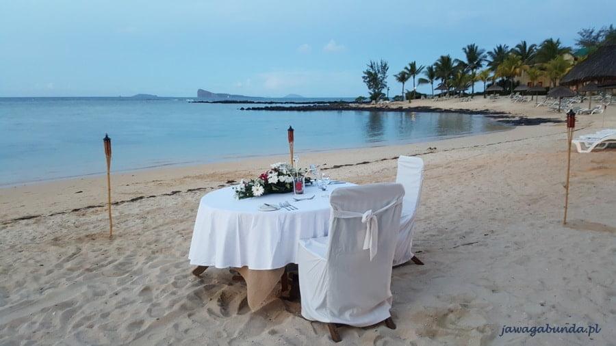 stół przyozdobiony stojący na plazy