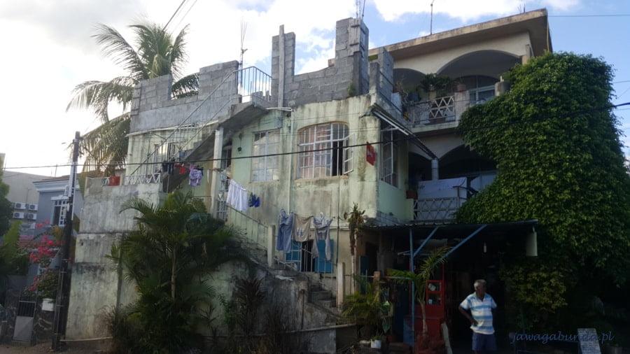 dom z odrapanymi ścianami