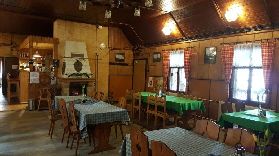 drewniana restauracja, stoły nakryte obrusami