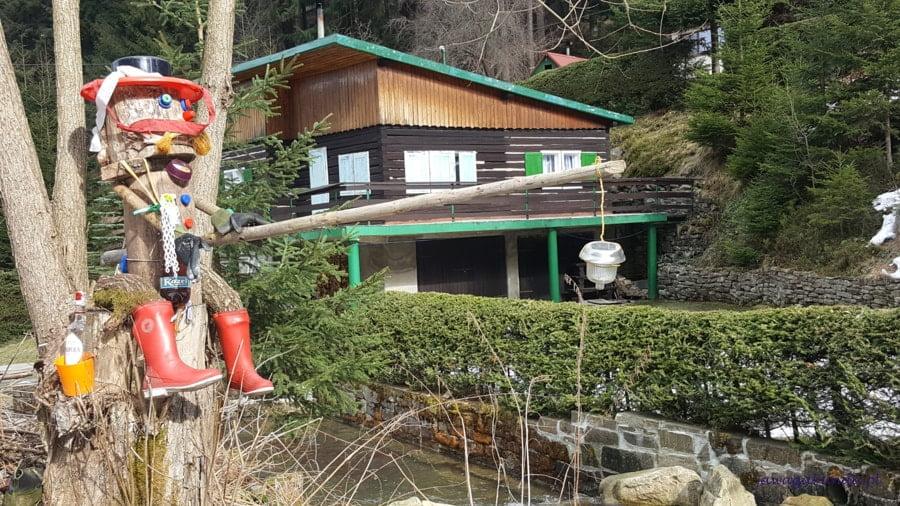 mały domek i figurka wodnika