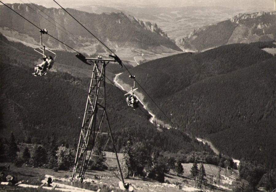 kolejka górska dwuosobowa, siedzi się bokiem do kierunku jazdy