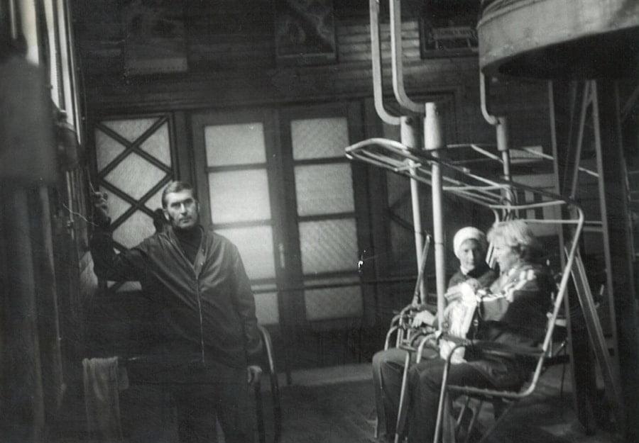 kobiety na krzesełku kolejki i mężczyzna stojący obok