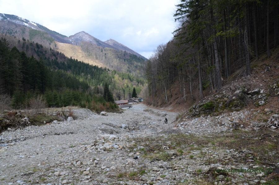 górska dolina wypełniona kamieniami