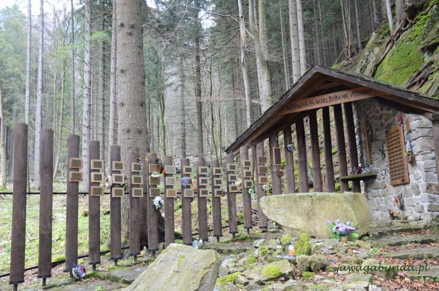 tabliczki na płocie i kaplica cmentarza górskiego symbolicznego