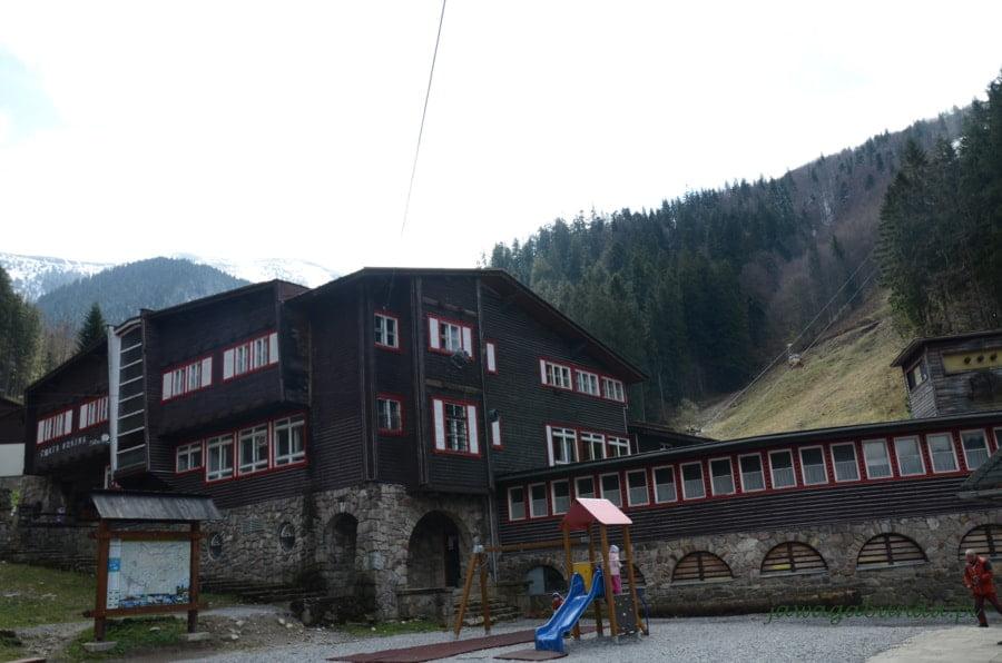 chata z ciemnego drewna w górach