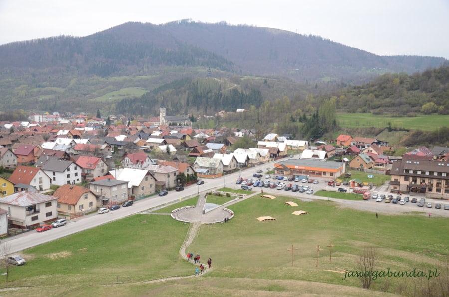 widok zgóry na miasteczko w górach