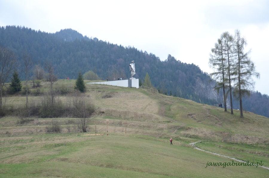 pomnik na wzgórzu