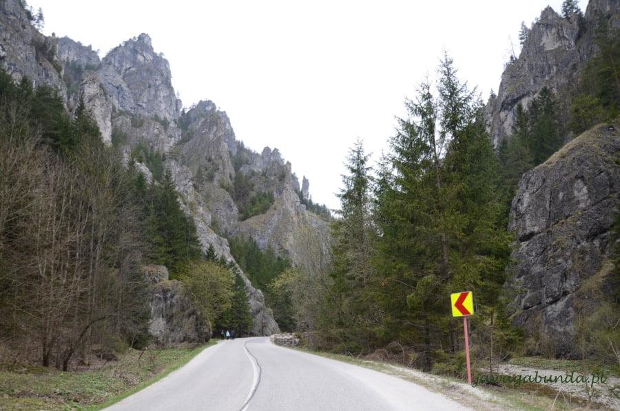 droga przez dolinę wokół skały