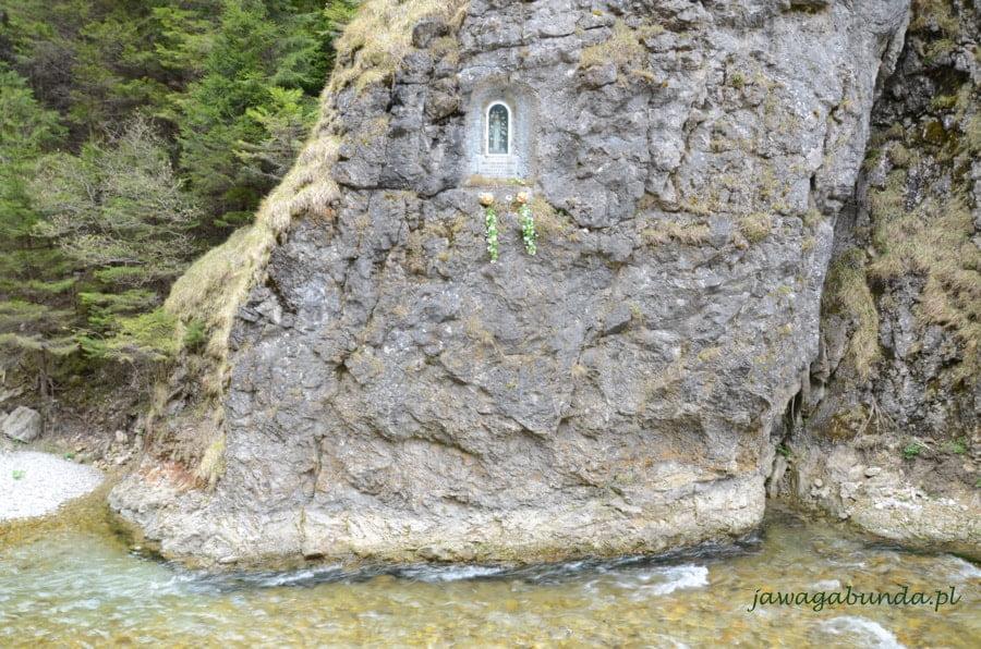 kapliczka Matki Boskiej na skale nad potokiem