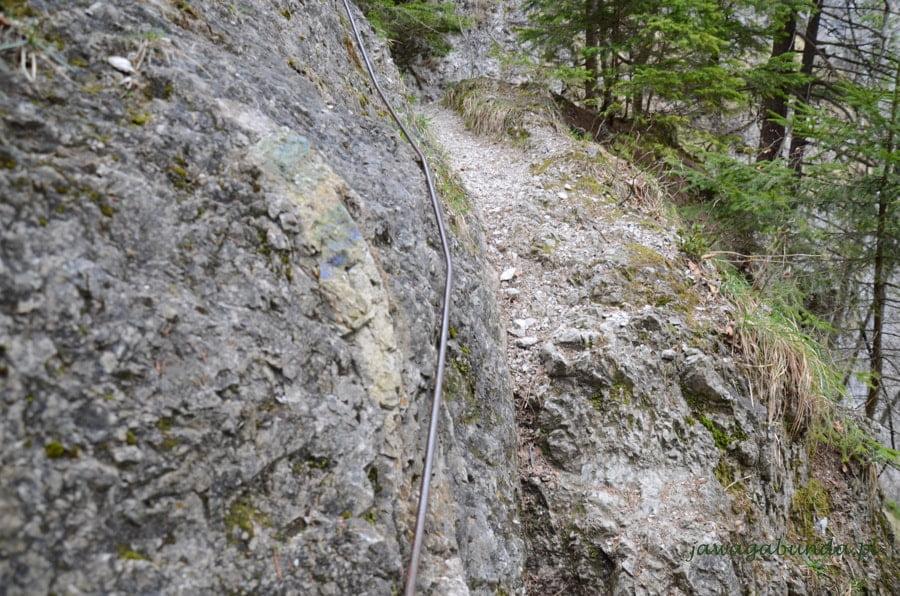 metalowe poręcze na trasie w górach