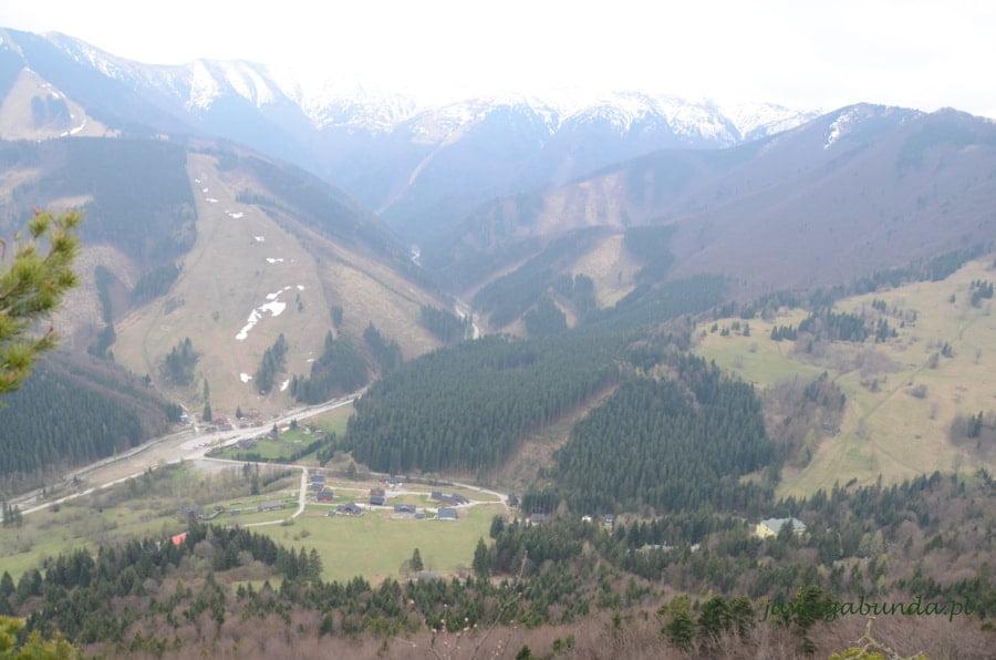 widok na małą osadę w dole i góry