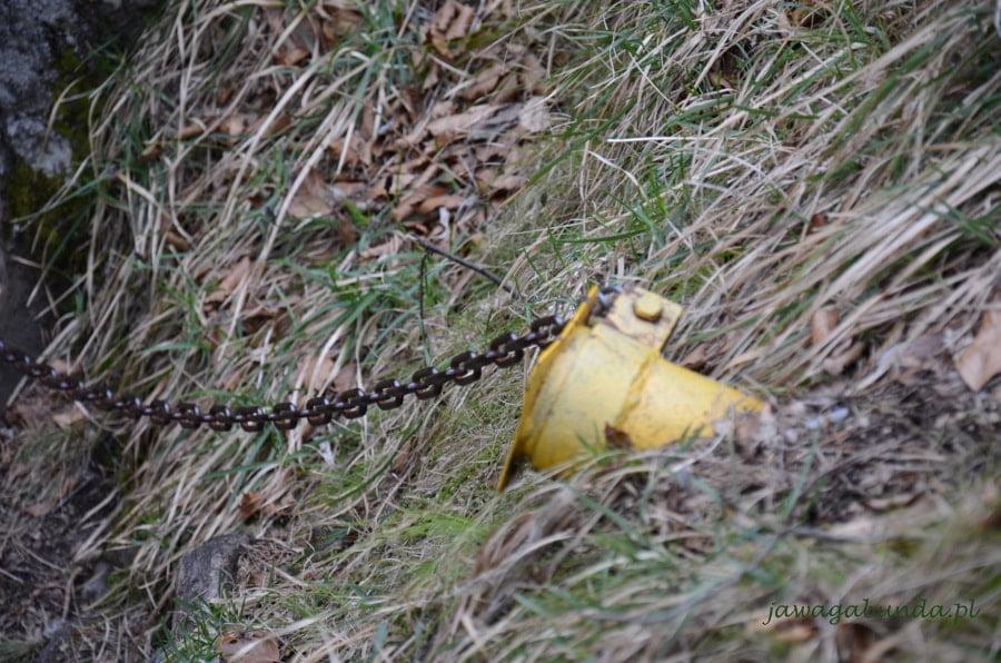 żółty wspornik wbity w skałę jako zabezpieczenie szlaku