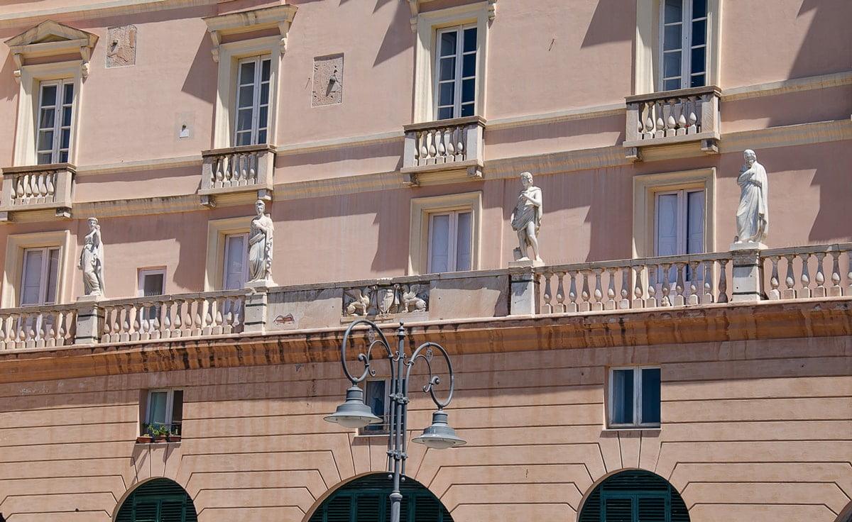 rzeźby na postumencie na tle budynku