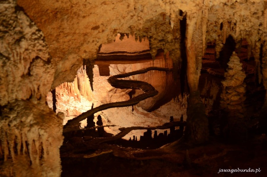 w jaskini nawisy skalne