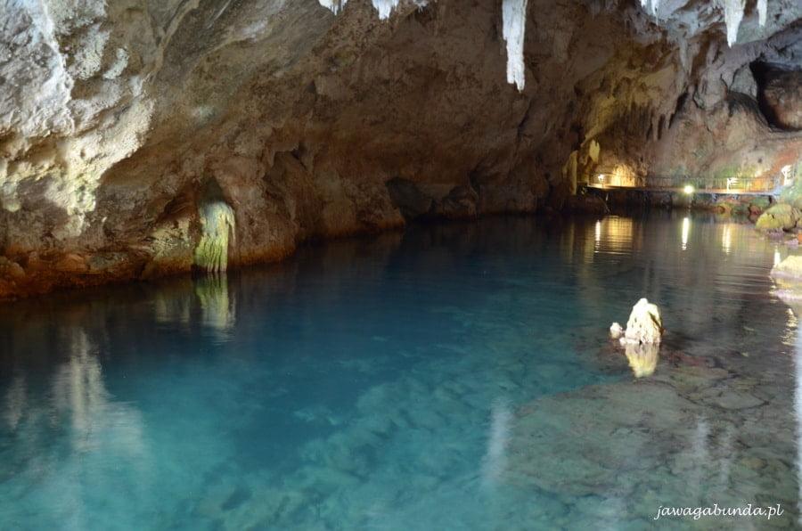 niebieska woda nad nią skały