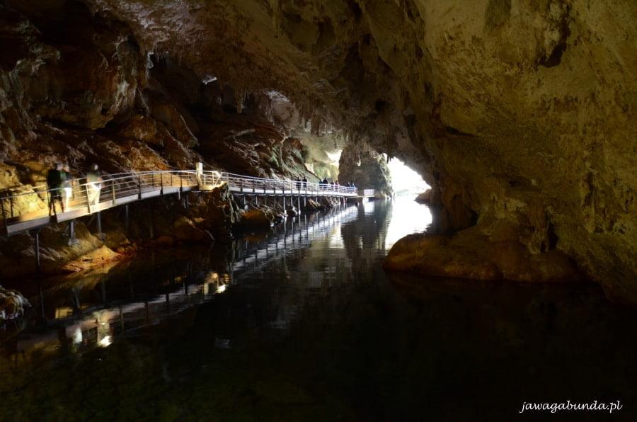 pomosty prowadzące w głąb jaskini; nadole woda