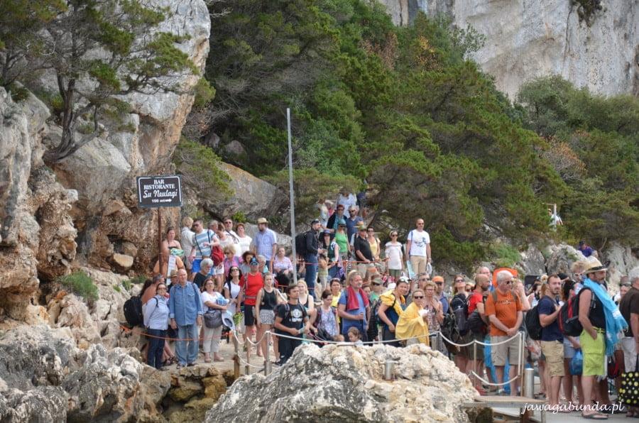 tłumy ludzi na nabrzeżu