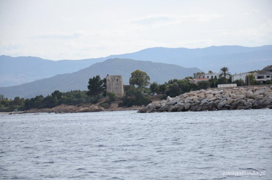 wejście di portu zabezpieczone kamiennym murem