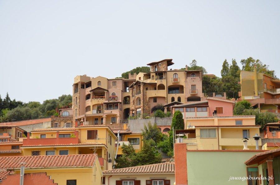 domy o kolorowych ścianach