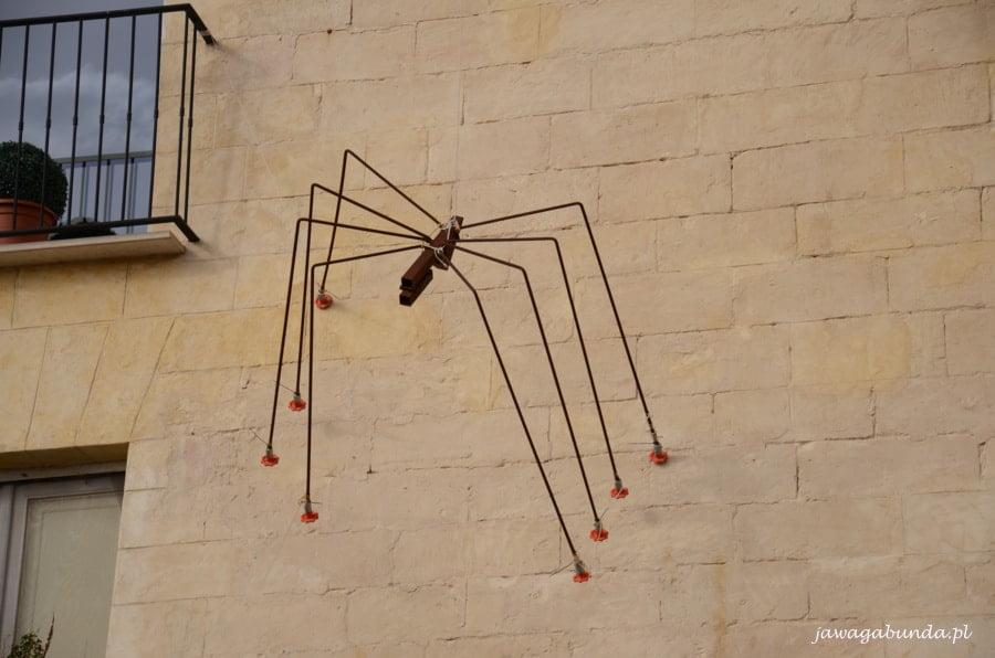 metalowy pająk na ścianie