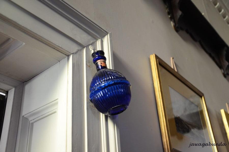 mała niebieska butelka zawieszona nad drzwiami