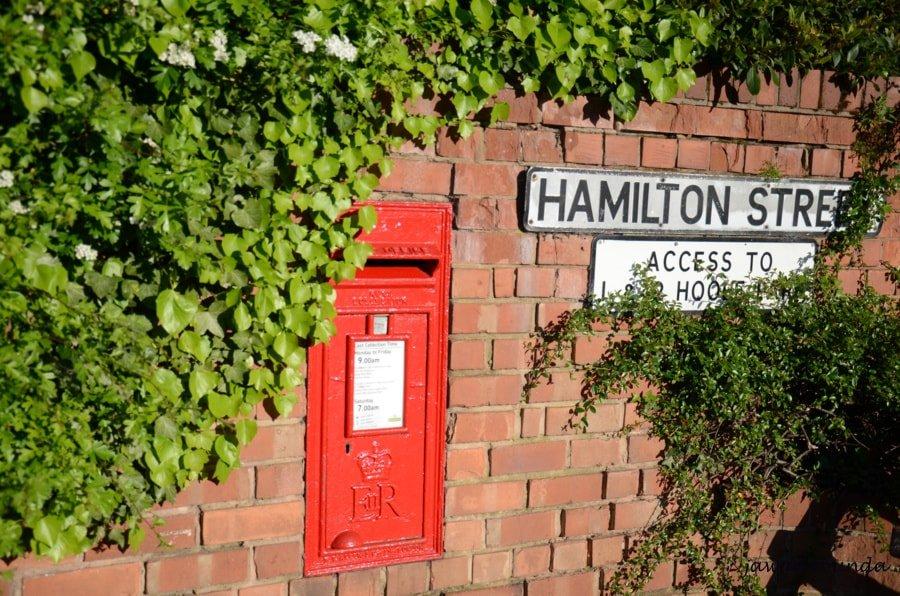 skrzynka pocztowa w murze domu