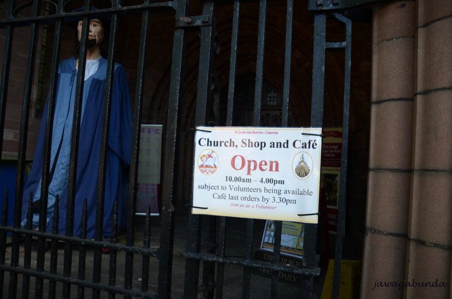 informacja o godzinach otwarcia kościoła i restauracji w kościele