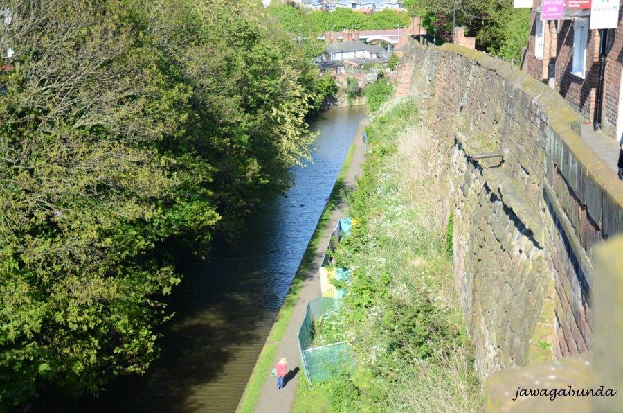 stare mury a w dole kanał