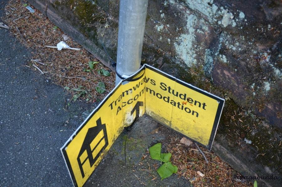 tablica leżąca na ziemi z informacją