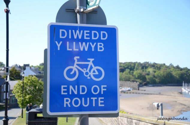 tablica walijskim i angileskim napisem ścieżka rowerowa