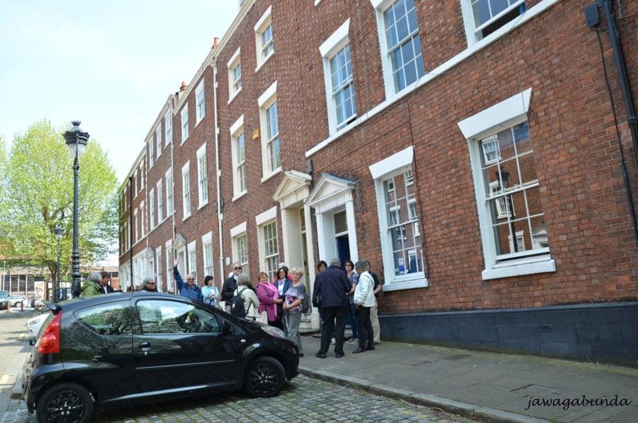 ludzie przed starym budynkiem