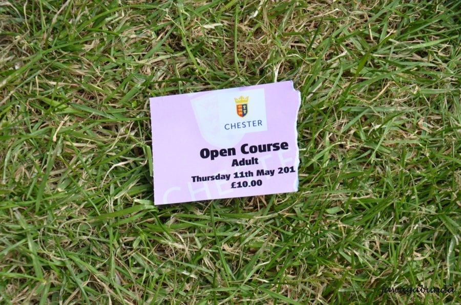 bilet za 10 funtów na wyścigi konne leżący na trawie