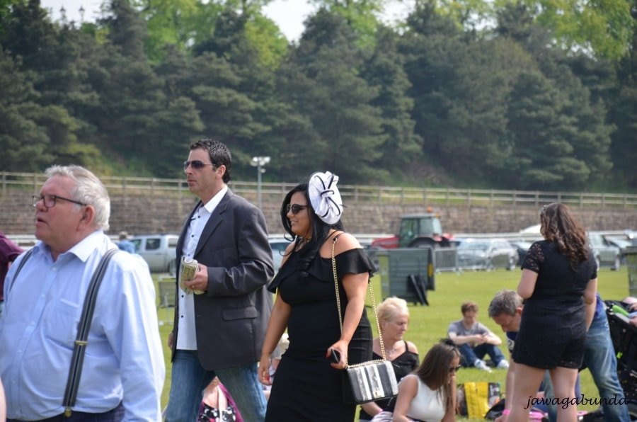 kobieta w sukience i kapeluszu na głowie mężczyzna w garniturze