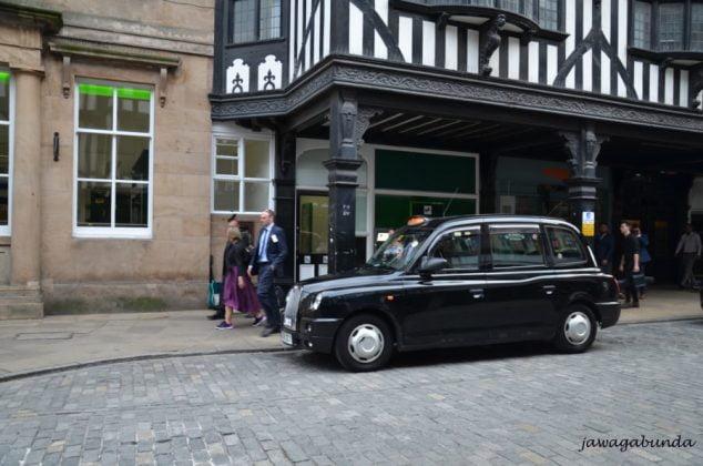 angielska czarna taksówka na ulicy