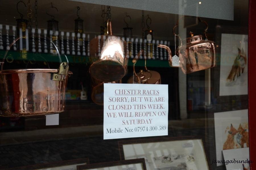 tabliczka z informację, że w czasie wyścigów konnych sklep będzie zamnięty