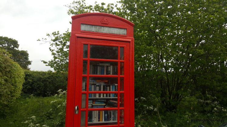 budka telefoniczna a w niej książki