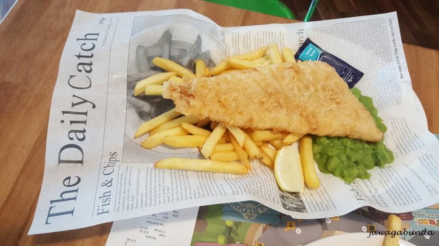 ryba i frytki podane na gazecie