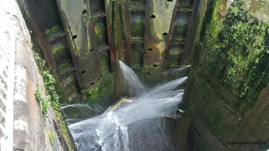 śluzy w przeciekająca przez nie woda