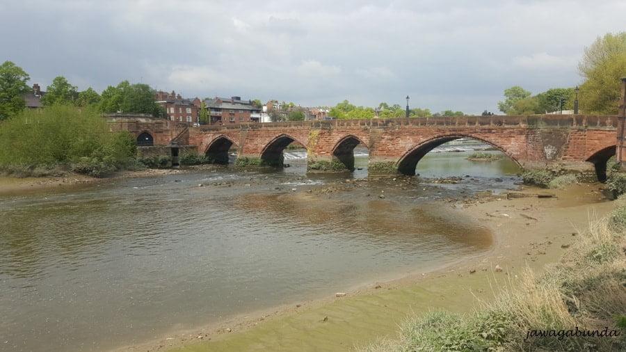 stary most z cegły nad rzeką