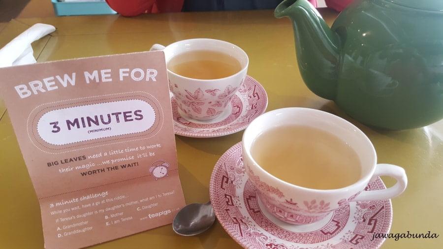 dwie filizanki z herbatą