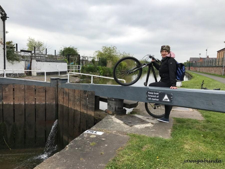 kobieta na rowerze nad kanałem