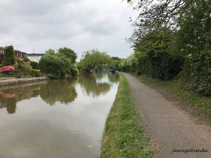 kanał i ścieżka wzdłuż niego