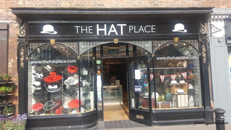 wystawa sklepu z kapeluszami